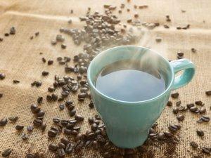 Koffie is niet kankerverwekkend, hete dranken wel